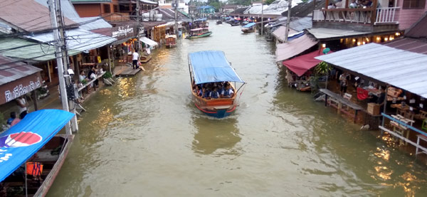 Exploring the Amphawa Floating Market